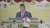 Menko Perekonomian yang juga Ketua Umum Partai Golkar Airlangga Hartarto dalam kunjungan kerja di Jatianom, Klaten, Jawa Tengah, Sabtu (19/6/2021). (Ist)