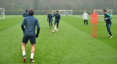 Sejumlah pemain Tottenham Hotspur saat mengambil bagian dalam sesi latihan di London, Inggris (8/4). Tottenham akan bertanding melawan Manchester City pada leg pertama babak perempatfinal Liga Champions di Stadion Tottenham Hotspur. (AFP Photo/Glyn Kirk)