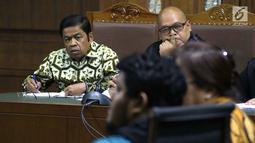 Mantan Sekjen Partai Golkar, Idrus Marham (kiri) menyimak keterangan saksi saat sidang di Pengadilan Tipikor, Jakarta, Selasa (22/1). Sebelumnya, Idrus didakwa terkait dugaan suap kerja sama pembangunan PLTU Riau-1. (Liputan6com/Helmi Fithriansyah)
