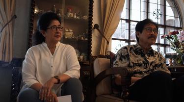 Farid Anfasa Moeloek menemani sang istri Nila Moeloek saat perpisahan bersama wartawan kesehatan di rumahnya pada Senin, 21 Oktober 2019. (Foto: Humas Kemenkes)