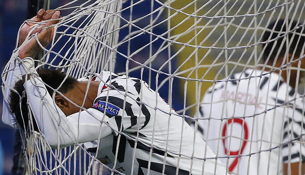 Penyerang Manchester United, Marcus Rashford, tampak kecewa usai ditaklukkan Istanbul Basaksehir pada laga Liga Champions di Stadion Fatih Terim, Kamis (5/11/2021). MU kalah dengan skor 2-1. (AP Photo)