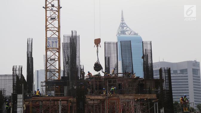 Pekerja tengah mengerjakan proyek pembangunan gedung bertingkat di Jakarta, Sabtu (15/12). Bank Indonesia (BI) memprediksi pertumbuhan ekonomi pada tahun 2019 mendatang tidak jauh berbeda dari tahun ini. (/Angga Yuniar)