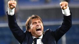 Pelatih Inter Milan, Antonio Conte merayakan kemenangan timnya usai bertanding melawan Sampdoria pada lanjutan pertandingan Liga Serie A Italia di stadion Luigi Ferraris di Genoa (28/9/2019). Inter menang atas Sampdoria dengan skor 1-3. (Luca Zennaro/ANSA Via AP)
