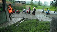 Petugas PVMBG dan instansi lainnya mengobservasi Kawasan Kawah Sileri, Banjarnegara. (Foto: Liputan6.com/BPBD BNA/Muhamad Ridlo)
