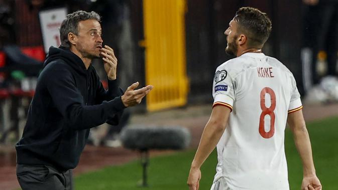 Pelatih Spanyol, Luis Enrique (kiri) memberi instruksi kepada gelandang Koke dalam laga Kualifikasi Piala Dunia 2022 Zona Eropa Grup B di Los Carmenes Stadium, Granada, Kamis (25/3/2021). Spanyol bermain imbang 1-1 dengan Yunani. (AP/Fermin Rodriguez)
