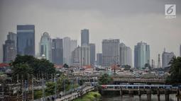 Gedung-gedung bertingkat di kawasan Sudirman, Jakarta yang diselimuti langit mendung, Rabu (23/11). BMKG memperkirakan puncak musim hujan di Jakarta diprediksi terjadi sepanjang Januari hingga Februari 2019. (Liputan6.com/Faizal Fanani)