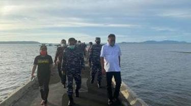 Gubernur Sulut Olly Dondokambey bersama Wakil Kepala Staf Angkatan Laut (Wakasal) Laksamana Madya TNI Ahmadi Heri Purwono meninjau lokasi rencana pembangunan Sekolah TNI Angkatan Laut.