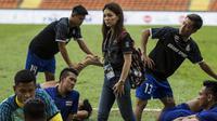 Manajer Timnas Thailand, Watanya Wongopasi, berdiskusi dengan pemain usai melawan Indonesia pada laga SEA Games di Stadion Shah Alam, Selangor, Selasa (15/8/2017). Kedua negara bermain imbang 1-1. (Bola.com/Vitalis Yogi Trisna)