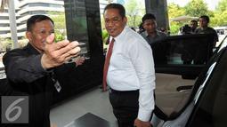 Kabareskrim Mabes Polri, Komjen Pol Anang Iskandar keluar dari mobil untuk mendatangi KPK, Jakarta, Kamis (5/11/15). Anang tiba pukul 12.03 WIB,  dia tidak berkomentar banyak soal kedatangannya ke KPK. (Liputan6.com/Helmi Afandi)