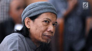 Terdakwa sejumlah kasus tindak pidana terorisme, Aman Abdurrahman saat mengikuti pembacaan tuntutan JPU di PN Jakarta Selatan, Jumat (18/5). Tim jaksa menuntut hukuman mati terhadap Aman Abdurrahman. (Liputan6.com/Helmi Fithriansyah)