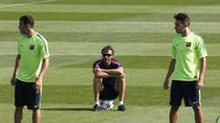 Pelatih Barcelona, Luis Enrique (tengah), mengamati Sandro Ramirez (kiri) dan Munir El Haddadi. (REUTERS/Gustau Nacarino)