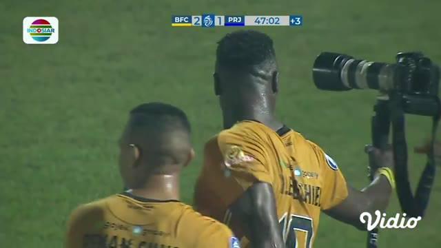 Berita video momen selebrasi unik striker Bhayangkara FC, Ezechiel N'Douassel, di BRI Liga 1 2021/2022.