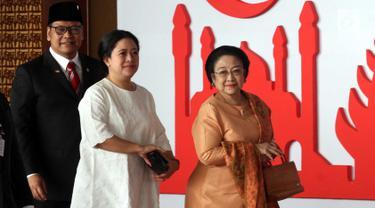 Presiden ke-5 RI Megawati Soekarnoputri didampingi putrinya Puan Maharani tiba menghadiri  Sidang Tahunan MPR, DPR dan DPD di Kompleks Parlemen, Senayan, Jakarta, Kamis, (16/8). Tema sidang tahunan kali ini Bhinneka Tunggal Ika. (Liputan6.com/Johan Tallo)