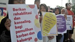 Massa yang tergabung dalam Jaringan Muda Setara menunjukkan poster saat aksi menuntut keadilan untuk WA korban pemerkosaan di kawasan Bundaran HI, Jakarta, Minggu (5/8). (Merdeka.com/Iqbal S. Nugroho)