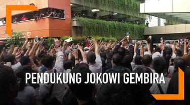 Para pendukung Jokowi-Ma'ruf merayakan kemenangan hasil hitung cepat pemilu dengan meneriakkan yel-yel dan berebut bersalaman dengan Jokowi.