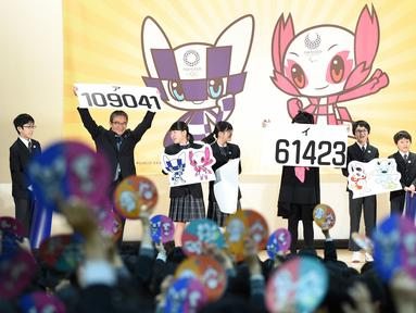 Pemungutan suara siswa sekolah dasar dalam menentukan maskot resmi untuk Olimpiade dan Paralimpiade 2020 di Tokyo, Jepang, Rabu (28/2/2018). Panitia telah menentukan dua karakter yang menjadi maskot Olimpiade dan Paralimpiade 2020. (Toru YAMANAKA/AFP)