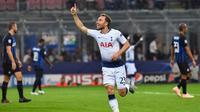 Gelandang Tottenham Hotspur, Christian Eriksen, merayakan gol ke gawang Inter Milan pada laga Liga Champions, di Stadion Giuseppe Meazza, Selasa (18/9/2018). (AFP/Andreas Solaro)