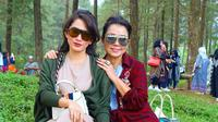 Ussy Sulistiawaty dan Mayangsari di hutan pinus Limpakuwus, Jawa Tengah (Dok.Instagram/@ussypratama/https://www.instagram.com/p/B3HGuoAh_HY/Komarudin)