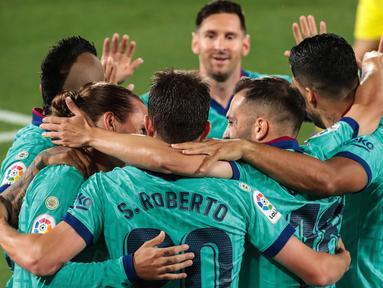 Para pemain FC Barcelona merayakan gol pembuka mereka saat berkunjung ke markas Villarreal dalam pekan ke-34 La Liga Spanyol di stadion La Ceramica, Minggu (5/7/2020). Barcelona sukses menumbangkan tim tuan rumah Villarreal dengan skor telak 4-1. (AP Photo/Jose Miguel Fernandez de Velasco)