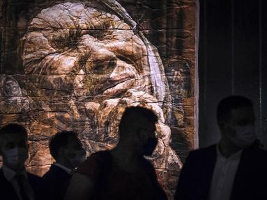 Sejumlah pengunjung menghadiri pameran seni karya pelukis Safet Zec di Potocari, Bosnia, Selasa (7/7/2020). Pameran tersebut didedikasikan untuk lebih dari 8.000 korban tewas dalam 10 hari pembantaian setelah Srebrenica dikuasai oleh pasukan Serbia pada 11 Juli 1995. (AP Photo/Kemal Softic)