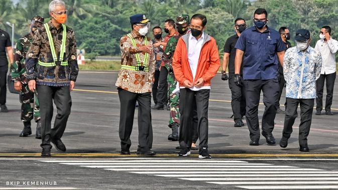Presiden RI Joko Widodo meninjau Bandara Jenderal Besar Soedirman, Jumat (11/6/2021).