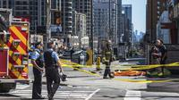 Jasad korban penabrakan van di Toronto ditutupi kain oranye. Insiden terjadi pada 23 April 2018. (Aaron Vincent Elkaim/The Canadian Press via AP)