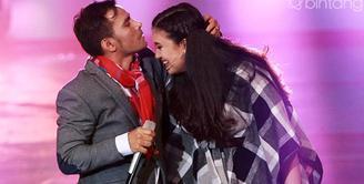 Meski tidak mendapat restu dari orang tua, pasangan Duma Riris dan Judika mencoba terus untuk mendapatkan restu. Penyanyi Judik mencoba mendekati lewat ibunda Duma. (Deki Prayoga/Bintang.com)