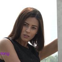 Nina Kozok sudah banyak mengalami suka duka dalam dunia modeling. Ia berusaha memenuhi semua permintaan kliennya, bahkan Nina pernah memotong habis rambutnya dan berdiri di bebatuan untuk syuting produk iklan.