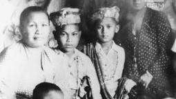 Presiden ke-3 RI BJ Habibie (kedua kanan atas) foto bersama dengan keluarganya.  Habibie merupakan anak dari pasangan Alwi Abdul Jalil Habibie dan Tuti Marini Puspowardoyo, yang berasal dari Yogya. (Liputan6.com/The Habibie Center)