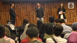 Direktur konten KLY, Wens Manggut (tengah) mengikuti kegiatan fun gathering pegiat cek fakta Jakarta, di SCTV Tower, Jakarta, Kamis (27/2). Kegiatan tersebut untuk silaturahmI sesama pegiat cek fakta Liputan6.com yang telah berkontribusi menangkis berita-berita hoax. (Liputan6.com/Angga Yuniar)