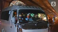 Kendaraan yang membawa pemudik di tol Jakarta-Cikampek dikeluarkan ke Gerbang tol Cikarang Barat, Kabupaten Bekasi, Jumat (24/4/2020). Akses transportasi mobil pribadi dan bus angkutan penumpang dari tol Jakarta Cikampek menuju Karawang ditutup mulai Jumat (24/4). (Liputan6.com/Herman Zakharia)
