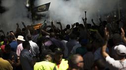 Serikat Pekerja Taksi Spanyol menggelar demonstrasi di Madrid, Spanyol, Selasa (30/5). Aksi tersebut sebagai bentuk protes kepada layanan berbasis online yang dinilai bisa mematikan mata pencarian sopir taksi. (AP Photo / Francisco Seco)