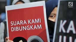 Aktivis Aliansi Cerahkan Negeri menggelar aksi penolakan Rancangan Undang-undang Penghapusan Kekerasan Seksual (RUU PKS) di area car free day, Bundaran HI, Jakarta, Minggu (28/4/2019). Dalam aksinya, para aktivis melakban mulut sebagi simbol dibungkamnya suara mereka. (merdeka.com/Iqbal S. Nugroho)
