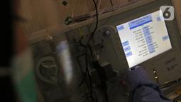 Petugas memeriksa alat medis saat penyintas COVID-19 mendonorkan plasma konvalesennya di PMI Bekasi, Jawa Barat, Kamis (11/2/2021). Pemerintah setempat membuka layanan donasi plasma konvalesen untuk membantu kesembuhan pasien yang masih terpapar COVID-19. (Liputan6.com/Herman Zakharia)