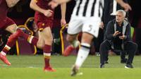 Skor 1-0 AS Roma tak berubah hingga akhir pertandingan. Walapun hanya unggul satu angka, kemenangan ini merupakan modal penting skuat Jose Mourinho untuk kembali ke jalur yang tepat di Liga Italia musim 2021/2022. (AP/Gregorio Borgia)