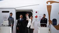 Atlet peraih tiga kali medali emas olimpiade, Tadahiro Nomura dan Saori Yoshida, membawa api untuk obor Olimpiade Tokyo 2020 saat tiba dari Yunani di Pangkalan Udara Matsushima, Jepang, Jumat (20/3).Di tengah pandemi virus corona Covid-19, prosesi menuju Olimpiade Tokyo 2020. (AFP/Philip Fong)