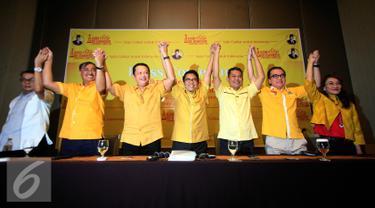 Sejumlah tim sukses Ade Kamomarudin mengangkat tangan siap untuk memenangkan dalam bursa pemilihan calon ketua umum DPP Golkar di Yogyakarta, Jumat (11/3/2016). Rencana  Munaslub akan di gelar pada tahun 2016. (Liputan6.com/Boy Harjanto)