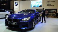 Pengunjung melihat mobil BMW M6 Coupe yang dipamerkan di Indonesia Internasional Motor Show 2016 di JIEXPO Kemayoran Jakarta, Kamis (7/4/2016). Penyelenggara menargetkan IIMS 2016 mampu meraup transaksi Rp 2 Triliun. (Liputan6.com/Helmi Fithriansyah)