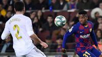 Pemain Barcelona, Ansu Fati (kanan), saat menghadapi pemain Real Madrid, Dani Carvajal, di Camp Nou (19/12/2019). (AFP/Jose Sardon)