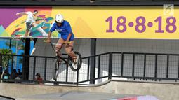 Salah satu anak beraksi dengan sepeda di area RTH Kalijodo, Rabu (20/6). Banyaknya pilihan permainan buat anak-anak menjadikan RTH Kalijodo memiliki daya tersendiri untuk menghabiskan waktu libur bersama keluarga. (Lipiutan6.com/Helmi Fithriansyah)