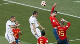 Gerard Pique (2kanan) tertangkap kamera melakukan handsball di area penalti pada laga 16 besar di Luzhniki Stadium, Moskow, Rusia, (1/7/2018). Rusia dan Spanyol bermain imbang 1-1. (AP/Vincent Michel)