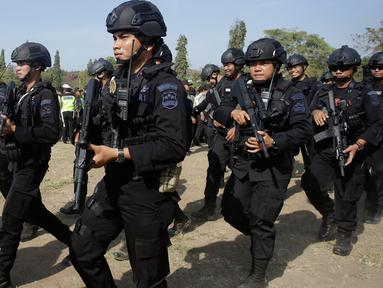 Petugas Kepolisian RI berbaris selama parade keamanan dalam persiapan untuk gelaran Annual Meetings IMF-World Bank di Bali, Kamis (4/10). Indonesia menjadi tuan rumah Pertemuan tahunan IMF dan Bank Dunia pada 8 - 14 Oktober 2018. (AP/Firdia Lisnawati)