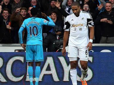 2 Gol Adebayor membuktikan kemampuannya sebagai salah satu penyerang terbaik yang dimiliki Tottenham.(AFP/Geoff Caddick)