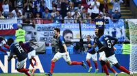 Bek Prancis, Benjamin Pavard (tengah) meluapkan kegembiraan usai merobek jala Argentina, pada laga 16 Besar Piala Dunia 2018, di Kazan Arena, Sabtu (30/6/2018) malam WIB.  (AFP/Jewel Samad)