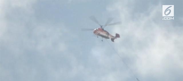 Upaya pemadaman api di lereng gunung sumbing menggunakan helikopter, hari Selasa (18/9). Air disiramkan dari udara, dikenal dengan teknik water bombing.