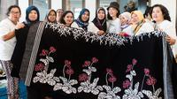 Veronica Tan memberikan pelatihan batik pada ibu-ibu rusun di Hari Kartini. (dok. Instagram/@veronicatan_official/https://www.instagram.com/p/BwgXxGdAmHo/Putu Elmira)