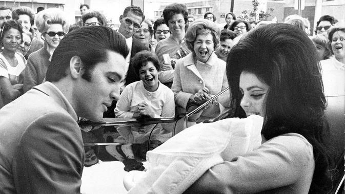 Elvis dan Lisa Marie Presley (wikimedia commons)