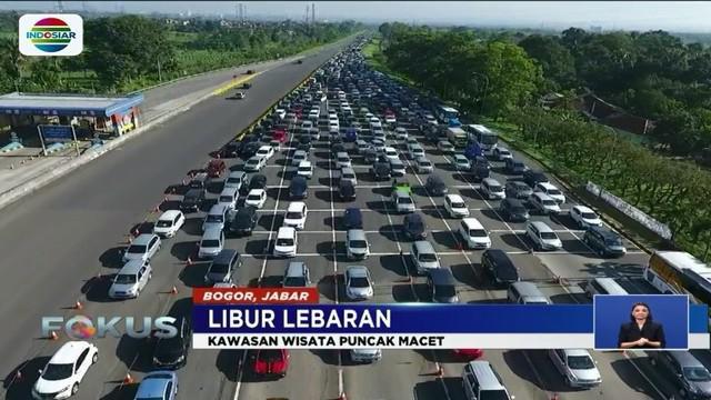 H+1 Lebaran dimanfaatkan warga untuk berwisata di Puncak, Bogor, Jawa Barat. Akibatnya, antrean mobil mengular hingga Polres Bogor buka tutup jalan.