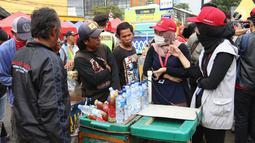 Anggota Ombudsman melakukan wawancara kepada PKL di Tanah Abang, Jakarta, Rabu (17/1). Dalam blusukannya Ombudsman pun menjelaskan kepada PKL dikawasan tersebut, kalau kebijakan yang dibuat telah melanggar peraturan. (Liputan6.com/Angga Yuniar)