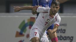 Gelandang Palestina, Mahmoud Abuwarda, berusaha mengamankan bola saat melawan Taiwan pada laga Grup A Asian Games di Stadion Patriot, Jawa Barat, Jumat (10/8/2018). Kedua negara bermain imbang 0-0. (Bola.com/Vitalis Yogi Trisna)
